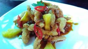 Crispy ostrygowe pieczarki z Indonezyjskim sałatkowym kumberlandem, Rujak kumberland świeże ananasy Obraz Stock
