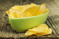 Crispy potato chips in green bowl Royalty Free Stock Photography