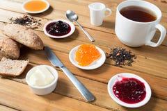 Crispy rolki z masłem, dżemem i gorącą herbatą dla śniadania, Zdjęcia Stock