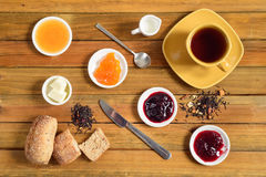 Crispy rolls with butter, apple jelly and hot tea for breakfast Royalty Free Stock Photos