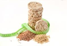 Crispy round żywienioniowy gryczany ryżowy sprawność fizyczna chleb zawijający z władcą odizolowywającą na białym tle Jeść dla od zdjęcia royalty free