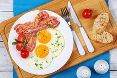 Crispy smażący bekonowy i jajka na talerzu Zdjęcie Stock