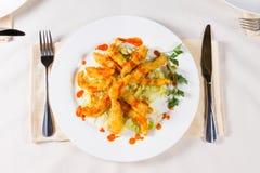 Crispy Smażący Mięsny naczynie na Białym Round talerzu Zdjęcia Royalty Free