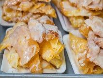 Crispy smażący roti z słodzącym zgęszczonym cukierem na papierowej tacy i mlekiem Smażący roti jest tajlandzkim stylowym deserem  Zdjęcie Stock