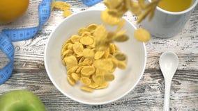 Crispy smakowity żółty kukurydzanych płatków spadać zbiory