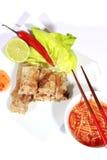Crispy springrolls på maträtt med sallad Royaltyfri Fotografi