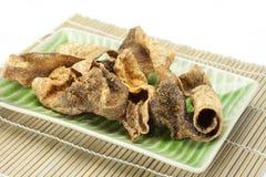 Crispy stekt fiskhud med kryddor Arkivbild