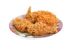 Crispy stekt kyckling på en plätera Arkivfoto