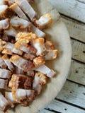 Crispy wieprzowina na drewnianym bloku Fotografia Royalty Free