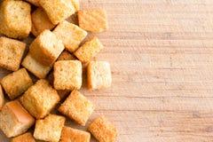 Crispy złoci świeżo smażeni croutons zdjęcia stock