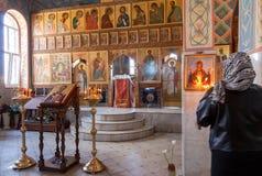 Cristãos ortodoxos dentro da igreja da ressurreição no Ho Foto de Stock