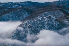 Crista da manhã do inverno coberta com a neve e as nuvens imagem de stock royalty free