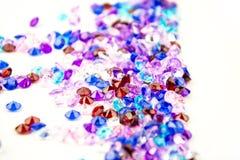 Cristais coloridos isolados no fundo branco Fundo abstrato das gemas Diamante Fotos de Stock