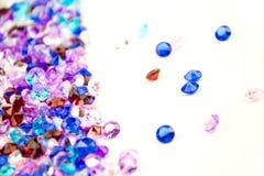 Cristais coloridos isolados no fundo branco Fundo abstrato das gemas Diamante Foto de Stock Royalty Free