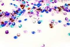 Cristais coloridos isolados no fundo branco Fundo abstrato das gemas Diamante Imagem de Stock Royalty Free