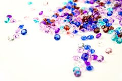 Cristais coloridos isolados no fundo branco Fundo abstrato das gemas Diamante Imagens de Stock