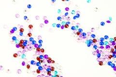 Cristais coloridos isolados no fundo branco Fundo abstrato das gemas Diamante Imagens de Stock Royalty Free