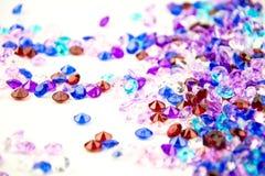 Cristais coloridos isolados no fundo branco Fundo abstrato das gemas Diamante Imagem de Stock