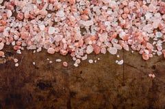 Cristais cor-de-rosa Himalaias dispersados de sal fotos de stock royalty free