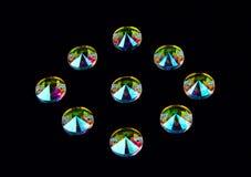 Cristais das pedras preciosas na forma de um círculo em um CCB preto Fotografia de Stock