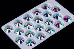 Cristais das pedras preciosas na forma do círculo na placa do armazenamento Fotografia de Stock Royalty Free