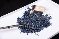 Cristais de safira azuis crus, sem cortes e ásperos Fotos de Stock Royalty Free