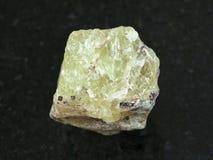 cristal áspero de Saamite (fluorapatite) na obscuridade fotos de stock