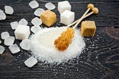 Cristal blanc et brun de sucre à bord Image stock