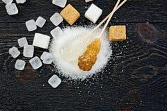 Cristal blanc et brun de sucre à bord de dessus Image stock