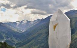 Cristal branco com montanhas e o céu nebuloso no fundo fotografia de stock royalty free