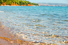Cristal cancela a água do mar na praia de Halkidiki, Grécia Imagens de Stock