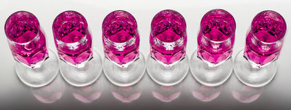 Cristal con el líquido rosado Fotografía de archivo