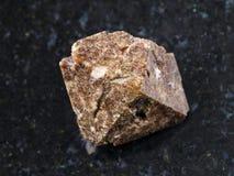 cristal cru da pedra preciosa do zircão no fundo escuro Fotografia de Stock