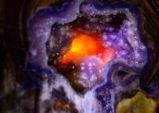Cristal de cuarzo hecho excursionismo para producir el resplandor ardiente, abstrac del fondo Foto de archivo libre de regalías