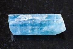 cristal de gemme bleu vert (de béryl bleu) sur l'obscurité Photo stock