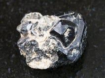 cristal de rubí sintético negro en cristales diósidos negros imagen de archivo libre de regalías