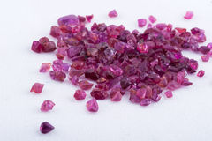 Cristal de safira cor-de-rosa no fundo branco Foto de Stock Royalty Free