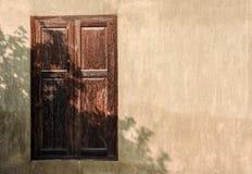 Cristal de ventana de madera en una pared del estuco Fotos de archivo libres de regalías