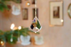 Cristal de vidro chanfrado na frente do ajuste iluminado da árvore de Natal Fotos de Stock Royalty Free