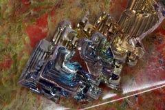Cristal del bismuto en una piedra del unakite foto de archivo