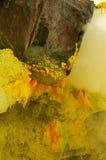 Cristal del sulfuro en los míos dentro del volcán de Ijen imagenes de archivo