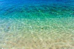 Cristal duidelijk turkoois tropisch water met wit zand in Aninuan-strand, Puerto Galera, Oosterse Mindoro in de Filippijnen, bove stock afbeeldingen