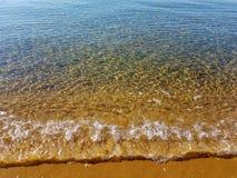 Cristal frikändvågor och guld- sand arkivbilder