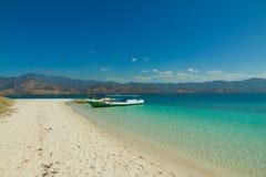 Cristal jasnego woda z łodzi 17 wyspami Riung Flores Indonezja Obrazy Stock