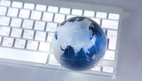 Cristal jordklot av jorden på en dator Arkivbilder