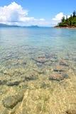 Cristal - l'eau claire en mer peu profonde Photos stock