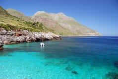 Cristal - mar e montanhas azuis desobstruídos Fotos de Stock Royalty Free
