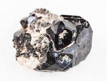 cristal negro crudo de la piedra preciosa de rubí sintético en diósido foto de archivo