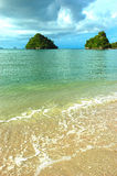 Cristal - oceano desobstruído na praia em Krabi, Tailândia. Imagens de Stock