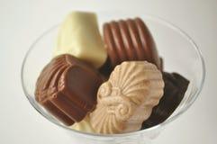 Cristal por completo de chocolates Imagenes de archivo